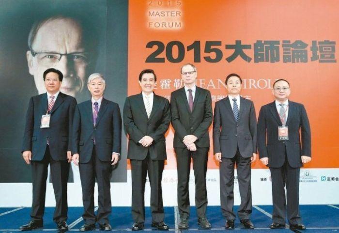 2014諾貝爾經濟學獎得主提霍勒(右三)受邀來台開講,以「氣候變遷與公共政策」為題進行專題講座,和馬英九總統(左三)、聯合報系王文杉董事長(右)等人合影。
